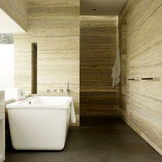 Bagno con pareti rivestite di travertino Silver Gray